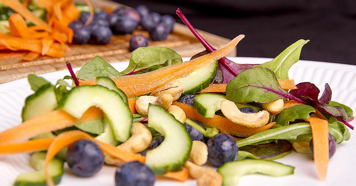 Salat med blåbær og cashewnødder
